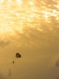 在金黄天空的极端降伞在下午 室外 免版税库存图片