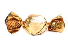 在金黄封皮的巧克力糖 图库摄影