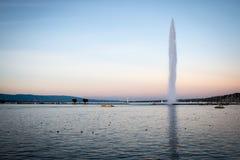 在金黄小时,日内瓦与Mouette的喷气机d'eau 免版税库存照片