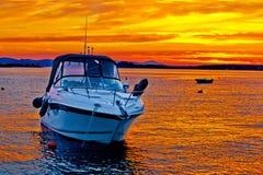 在金黄日落的游艇小船 库存照片