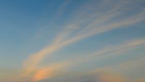 在金黄时间的美丽的云彩 免版税库存图片