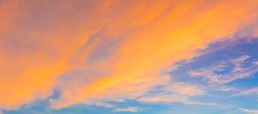 在金黄时间的美丽的暮色天空 库存照片