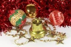 在金黄星和响铃旁边的圣诞节中看不中用的物品 免版税库存图片
