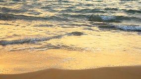 在金黄沙子海滩的波浪 股票录像