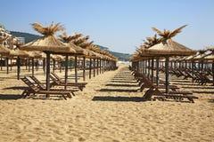 在金黄沙子的海滩 建造者 免版税库存图片