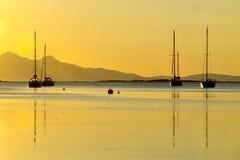 在金黄沿海日落, Arisaig的小船 免版税图库摄影