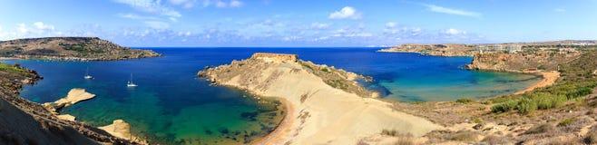 在金黄海湾的海角 图库摄影