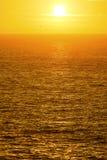 在金黄海洋的日出 库存图片