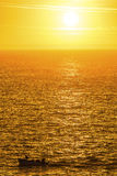 在金黄海洋的渔船 库存图片
