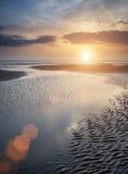 在金黄海滩风景的美好的充满活力的夏天日落与 免版税库存图片