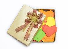 在金黄礼物盒的多彩多姿的织法心脏 免版税库存图片