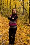 在金黄秋天森林妊妇的步行 库存图片