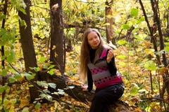 在金黄秋天森林妊妇的步行 图库摄影
