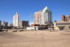 在金黄英里的空的海滩在德班 库存图片