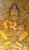 在金黄菩萨或Wat Traimit的寺庙的门的妖怪绘画 免版税库存照片