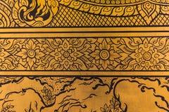 在金黄菩萨或Wat Traimit的寺庙的门的美好的花设计样式 库存照片