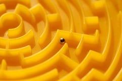 在金黄迷宫的灰色球形 免版税库存照片