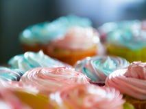 在金黄镜子盘子的杯形蛋糕五颜六色的奶油色松饼安排自创烘烤和好客的概念在家 库存照片