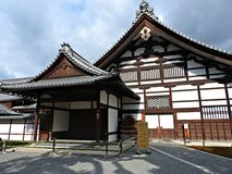 在金黄Pavillion (Kinkaku籍寺庙)的Hojo,京都,日本 免版税库存图片