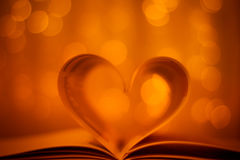 在金bokeh背景的心形的书 免版税库存图片