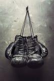 在钉子的老拳击手套吊 免版税库存照片