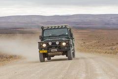 在钓鱼河峡谷的风景路C12的SUV,纳米比亚 免版税库存照片