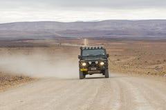在钓鱼河峡谷的风景路C12的SUV,纳米比亚 库存照片