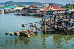 在钓鱼海港停泊的渔船。 库存照片
