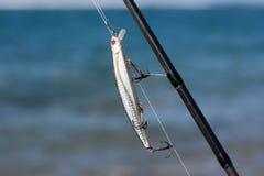 在钓鱼竿的银色渔诱剂 库存图片