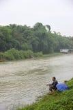 在钓鱼老人的漓江的边缘 免版税库存图片