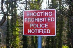 在钓鱼者使用的道路的一个射击被禁止的标志 库存照片