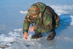 在钓鱼28的冬天的人 库存图片