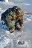 在钓鱼33的冬天的人 库存照片