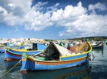 在钓鱼vi的marsaxlokk的马尔他传统被绘的luzzu小船 免版税库存图片