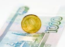 在钞票关闭的唯一硬币 免版税库存图片