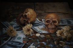 在钞票和硬币的头骨 免版税库存图片