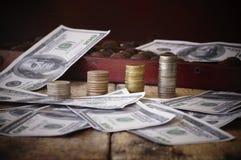 在钞票和硬币,金钱的头骨 库存照片