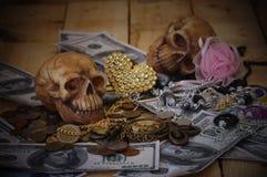 在钞票和硬币,金钱的头骨 免版税图库摄影