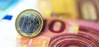 在钞票的一枚欧洲硬币 库存照片