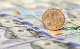 在钞票的一枚美国美元硬币 免版税库存照片