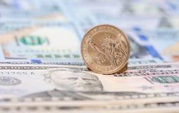 在钞票的一枚美国美元硬币 库存图片