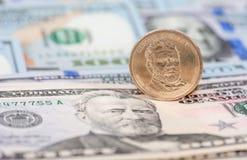 在钞票的一枚美国美元硬币 图库摄影