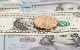 在钞票的一枚美国美元硬币 免版税库存图片