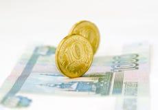在钞票的两三枚硬币 免版税库存图片