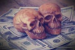 在钞票的头骨 免版税库存图片