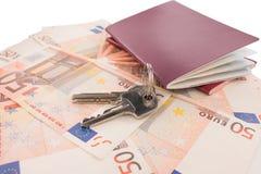 在钞票背景的护照 房子护照和钥匙  库存图片