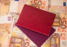 在钞票背景的护照 旅行和财务 免版税库存照片