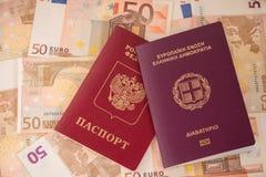 在钞票背景的护照 旅行和财务 免版税库存图片
