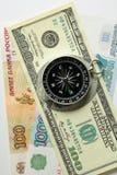 在钞票背景的指南针  免版税库存图片