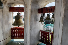 在钟楼的响铃在圣尼古拉斯修道院, Staraya L里 免版税库存图片